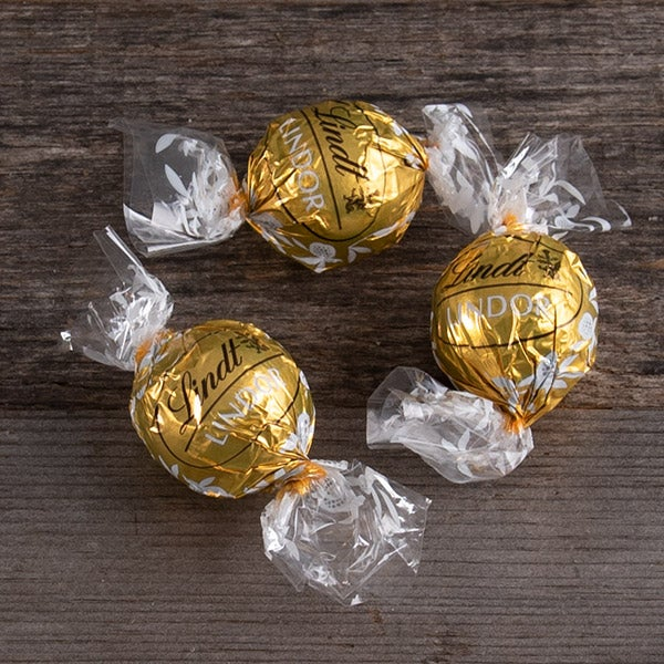 Lindor White Chocolate Truffle (Gold Wrapper) by Lindt & Sprungli -